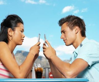 0418_couple-texting_sm1